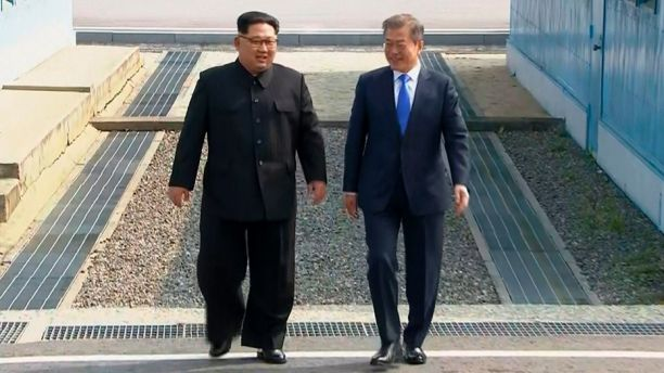 Kim Jong Un walks into South Korea to shake hands with Moon Jae-in